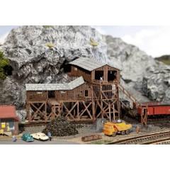 N vecchia costruzione in legno per miniera di carbone, con zone di carico/scarico, kit da montare